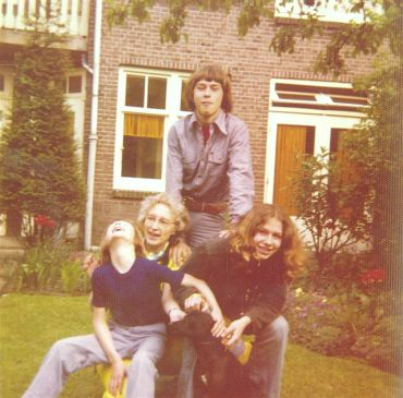 Bij_Oma_Stien_in_de_tuin_1972 (32k image)